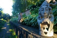 фигура в саду
