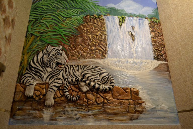 "Барельеф ""Тигр у водопада"""