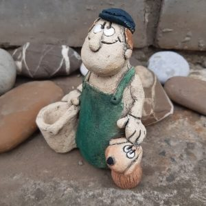 Фигурка из шамотной глины Дедуля с ведром