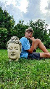 Голова Будды в саду
